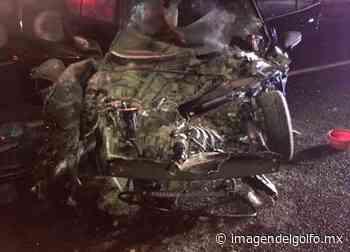 Automóvil particular se estrella con tráiler en autopista La Tinaja-Cosamaloapan - Imagen del Golfo