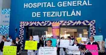 En plena contingencia de COVID-19 personal del hospital de Teziutlan se manifiestan - La Opinión