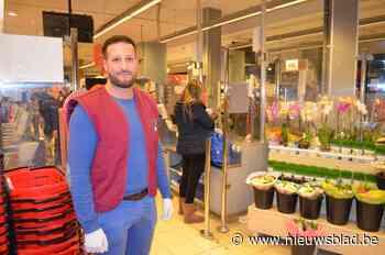 """Imad (34) staat elke dag tussen duizenden klanten in de supermarkt """"Mijn vrouw heeft niet graag dat ik blijf komen, maar het is onze plicht"""""""