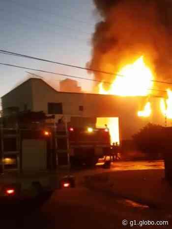 Fábrica de móveis é atingida por incêndio em Patos de Minas - G1