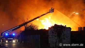 Gigantische Flammen verschlingen Palettenfirma und verursachen Millionenschaden - STERN.de