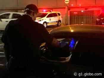 Polícia para veículos nas entradas de Botucatu e afere temperatura das pessoas - G1