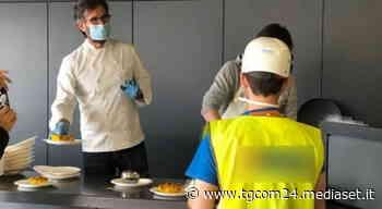 Da Cracco ai fratelli Cerea: gli chef stellati cucinano per operai, clochard, medici negli ospedali - TGCOM