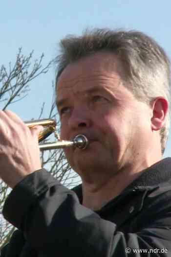 Zeven: Trompeter spielt vor Seniorenresidenz - NDR.de