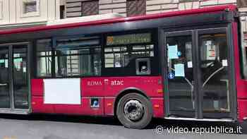 Coronavirus, a Roma gli autobus sono vuoti: viaggiano per la città ma senza passeggeri - La Repubblica