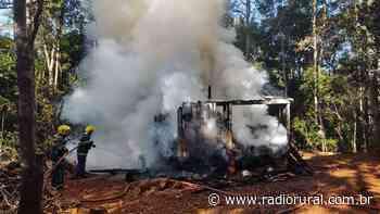 Bombeiros combatem incêndio em pequena casa de madeira, em Ipira - Rádio Rural