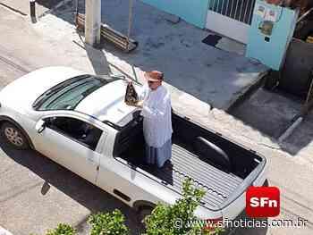Com imagem de Nossa Senhora, padre Gaspar percorre ruas levando mensagens de fé e esperança, em São Fidélis - SF Notícias