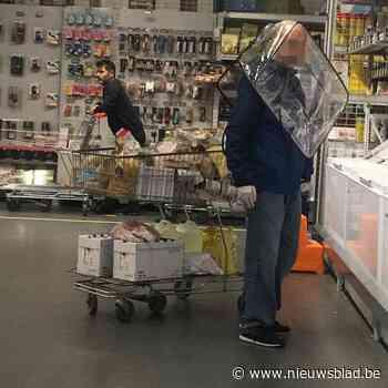 """Man gebruikt boodschappentas als bescherming tegen coronavirus: """"Maar waar gaat hij zijn boodschappen stoppen?"""""""