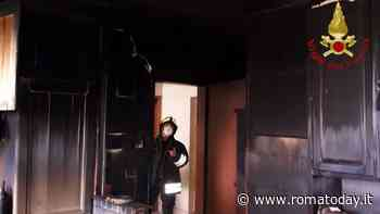 Incendio a Settecamini, appartamento distrutto dalle fiamme: vigili del fuoco sul posto