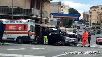 Incidente in viale Palmiro Togliatti: scontro tra due auto, una finisce ribaltata