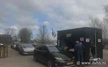 Een aspergedrive-in in Noordbroek wegens corona. Klanten hoeven de auto niet uit meer voor het witte goud - Groningen - Dagblad van het Noorden