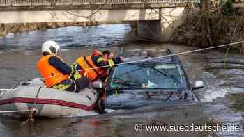 Autofahrer fährt in Fluss: Hochwasser überrascht ihn - Süddeutsche Zeitung