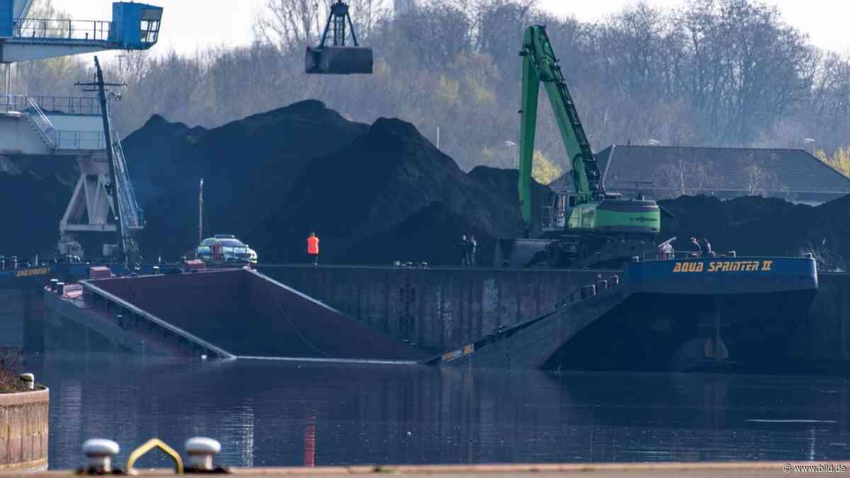 Dillingen: Beim Beladen gebrochen: Schiff sinkt im Hafen - BILD