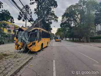 Ônibus bate contra poste, em Curitiba - G1