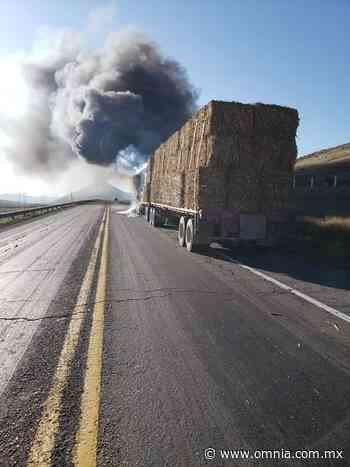 Se incendia tractocamión de pastura en carretera Nuevo Casas Grandes - Omnia