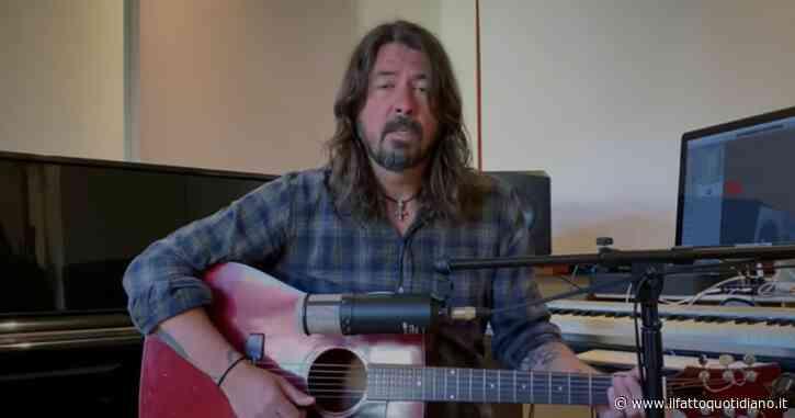 """Dave Grohl canta My Hero da casa sua: """"A tutti coloro che sono in prima linea e che stanno facendo del loro meglio"""""""