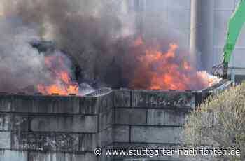 Brand in Remseck Hochberg - Müllberg einer Recyclingfirma steht meterhoch in Flammen - Stuttgarter Nachrichten