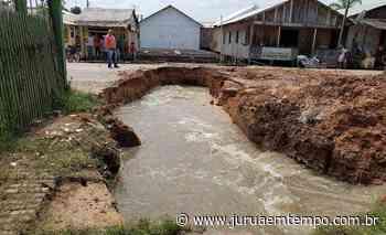 Cratera de seis metros se abre em rua de Tarauacá após vazante de rio no município - Jurua em Tempo