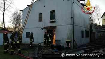 Il camino cade, casa in fiamme - VeneziaToday