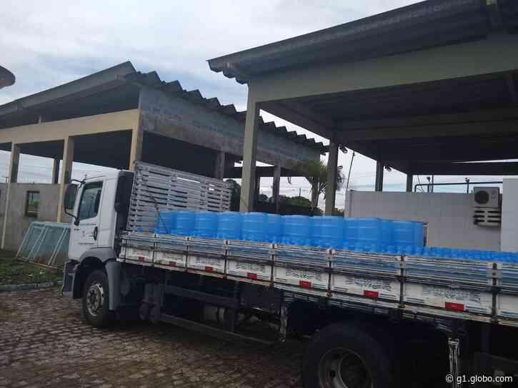 Casal doa 300 garrafões de água para desabrigados em Santana do Ipanema, AL - G1