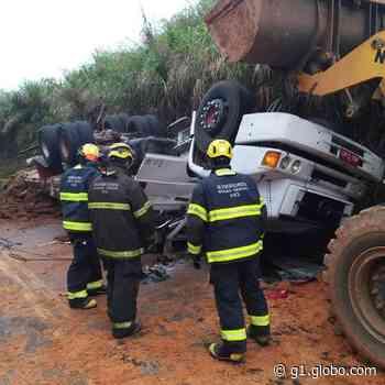 Uma pessoa morre e outra fica ferida após caminhão capotar em Juruaia, MG - G1