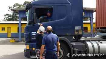 Família de Nova Prata distribuí marmitas para caminhoneiros no posto da PRF em Veranópolis | Rádio Studio 87.7 FM - Rádio Studio 87.7 FM