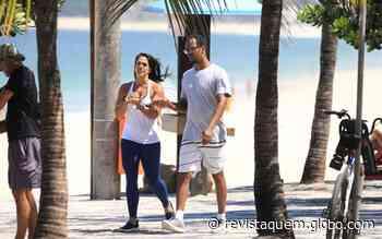 Rocco Pitanga passeia com amiga em Ipanema - Quem Acontece