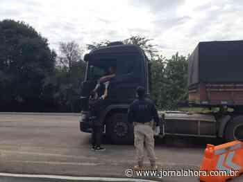 PRF participa da entrega de alimentos a caminhoneiros em Soledade - Jornal a Hora