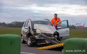 Auto belandt in sloot langs N33 tussen Siddeburen en Noordbroek - Dagblad van het Noorden