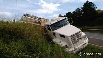 Caminhão desenfreado tomba na BR-376 em Ponta Grossa - ARede