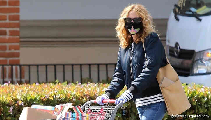 Julia Roberts Wears a Mask & Gloves While Shopping at CVS