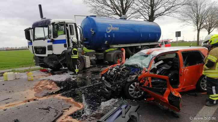 Frontalunfall in Bedburg-Hau: Golf rast in Lkw – Fahrer tot - BILD