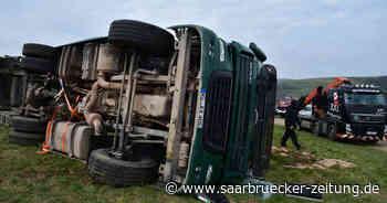 Unfall bei Eppelborn-Dirmingen: Lkw-Fahrer in Führerhaus eingeklemmt - Saarbrücker Zeitung