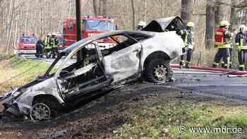 Feuerwehr löscht brennendes Auto bei Brandis - MDR