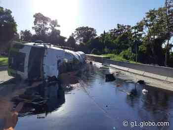 Carreta tomba e deixa trânsito congestionado na descida da Serra das Araras, em Piraí - G1