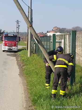 Mottalciata, palo pericolante sulla strada che conduce al guado di Castelletto - newsbiella.it