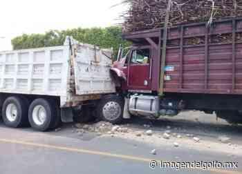 Chocan camión cañero y materialista en Paso del Macho - Imagen del Golfo