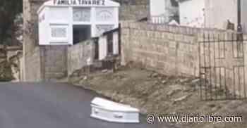 Dejan abandonado en medio de la calle ataúd con cadáver en Baitoa, Santiago - Diario Libre