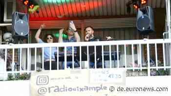 Da klatscht selbst die Polizei: Balkon-Party in Barcelona - Euronews