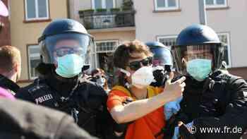 Polizei löst Menschenkette von Flüchtlingsaktivisten in Frankfurt auf   Frankfurt - fr.de