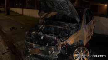 Carro pega fogo após bater em mureta, em Curitiba - G1