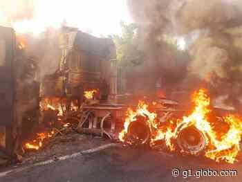 Carreta com frango tomba e pega fogo na descida da Serra das Araras, em Piraí - G1