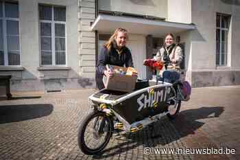 """Scouts leveren voedselpakketten aan huis voor hulpbehoevende gezinnen: """"We helpen onze omgeving graag"""" - Het Nieuwsblad"""