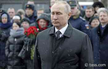 Putin lays flowers at monument to fallen Russian paratroopers in Pskov - TASS