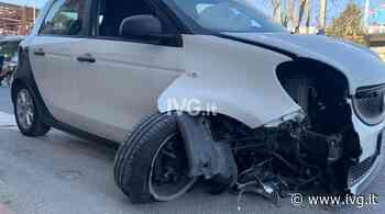 Vado Ligure, si schianta contro due spartitraffico e sfascia l'auto: trasportato in ospedale - IVG.it