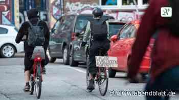 Migration: Demonstranten radeln mit Spruchbändern durch St. Pauli
