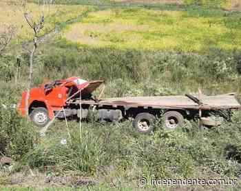 Capotamento de caminhão deixa três feridos na BR-386, em Soledade - independente