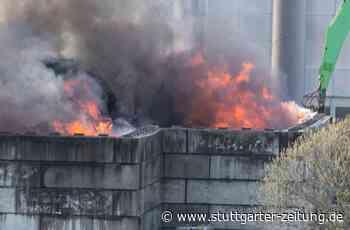 Brand in Remseck Hochberg - Müllberg einer Recyclingfirma steht meterhoch in Flammen - Stuttgarter Zeitung
