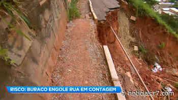Rua é engolida por buraco e ameaça algumas casas em Contagem (MG) - R7