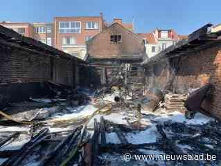 Dak van atelier ingestort bij zware brand